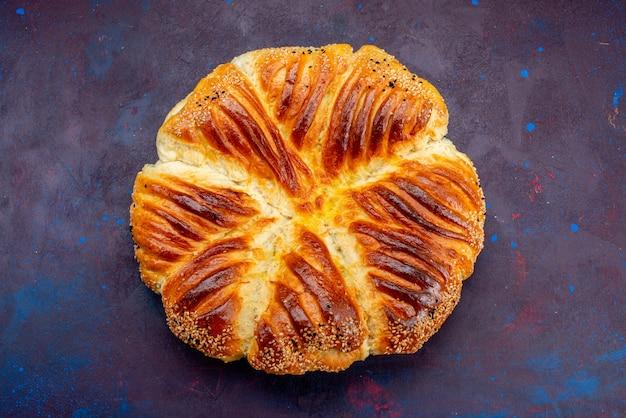 Vista superior deliciosa pastelaria pão assado em fundo escuro.