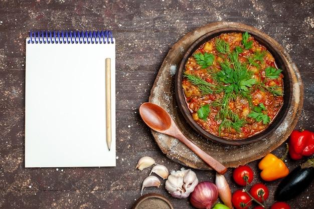Vista superior deliciosa refeição de vegetais fatiada cozida com vegetais frescos no fundo escuro refeição comida jantar molho sopa