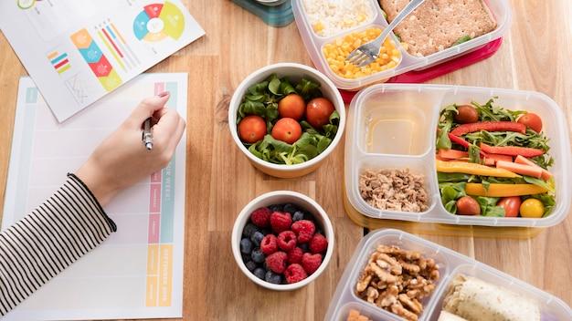 Vista superior deliciosa refeição em caixas e conceito de trabalho