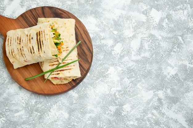 Vista superior deliciosa refeição sanduíche feito de carne grelhada no espeto fatiada no espaço em branco