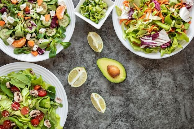 Vista superior deliciosa salada com abacate