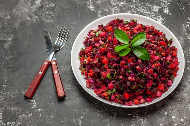 Vista superior deliciosa salada de beterraba com vinagrete com feijão em uma superfície escura