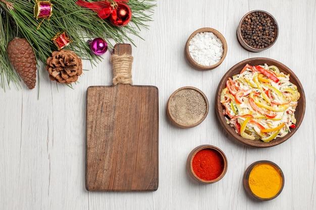 Vista superior deliciosa salada de frango com temperos no chão branco lanche refeição madura cor carne salada fresca