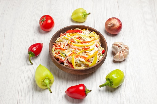 Vista superior deliciosa salada de frango com vegetais na mesa branca lanche refeição madura salada fresca de carne