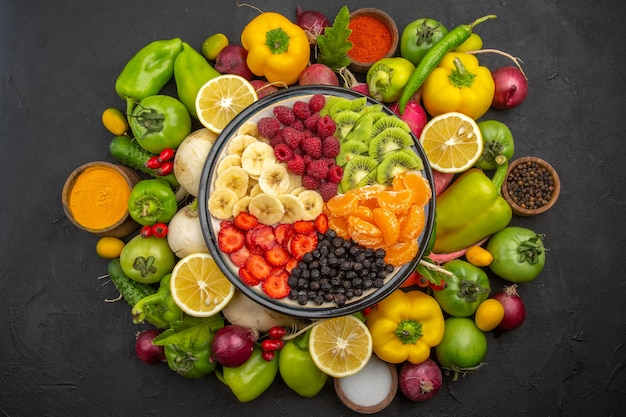 Vista superior deliciosa salada de frutas dentro do prato com frutas frescas em uma árvore de frutas tropicais escuras - foto de dieta madura exótica