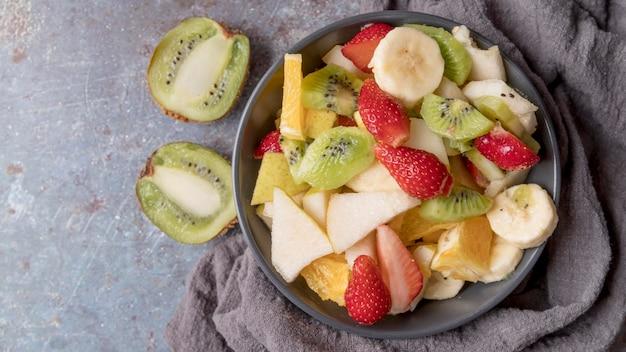 Vista superior deliciosa salada de frutas em cima da mesa
