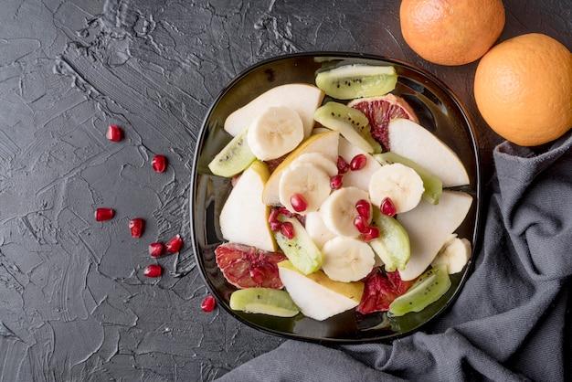 Vista superior deliciosa salada de frutas pronta para ser servida