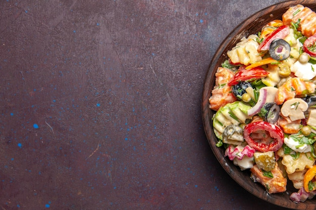 Vista superior deliciosa salada de vegetais com azeitonas, tomates e cogumelos no fundo escuro salada lanche saúde almoço vegetais