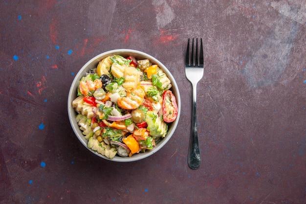 Vista superior deliciosa salada de vegetais consiste em tomates, azeitonas e pimentões em fundo escuro, lanche saudável, salada refeição