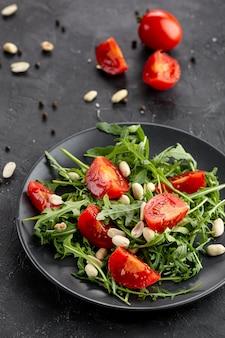 Vista superior deliciosa salada no prato escuro