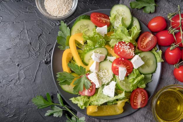Vista superior deliciosa salada pronta para ser servida
