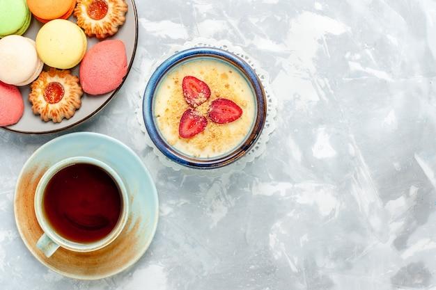 Vista superior deliciosa sobremesa cremosa com morangos frescos e chá em fundo branco claro sobremesa sorvete sabor doce de frutas