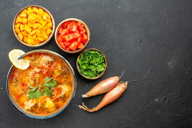 Vista superior deliciosa sopa com verduras e vegetais no espaço cinza