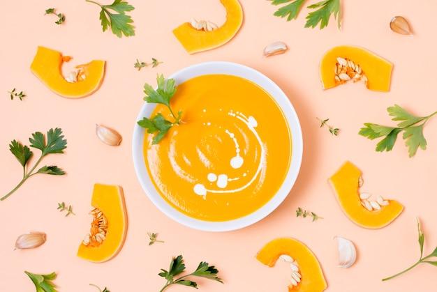 Vista superior deliciosa sopa de abóbora em cima da mesa