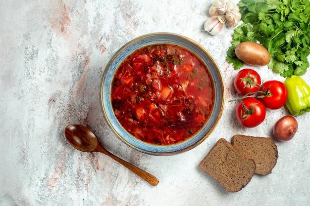 Vista superior deliciosa sopa de beterraba com verduras e legumes frescos em um espaço em branco