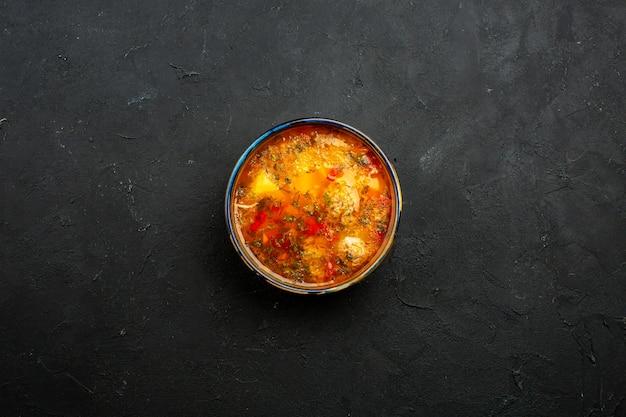 Vista superior deliciosa sopa de carne com batatas cozidas e carne no espaço cinza