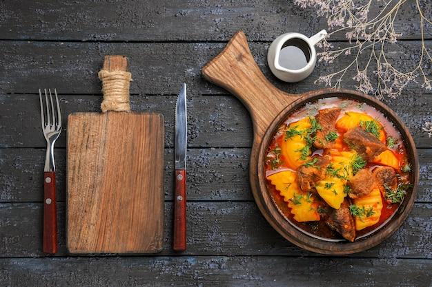 Vista superior deliciosa sopa de carne com batatas verdes na mesa escura