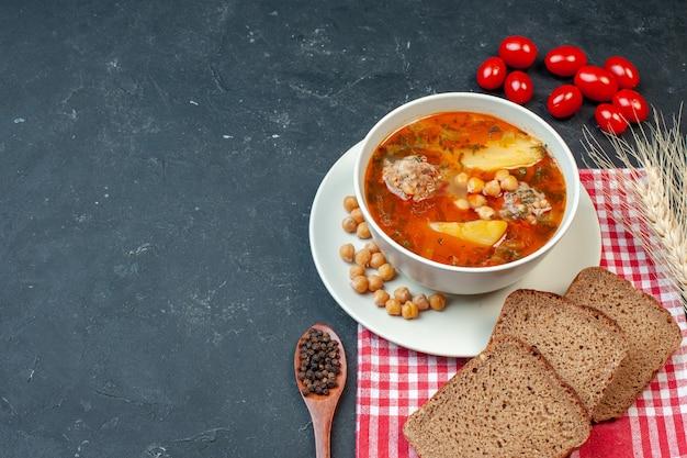 Vista superior deliciosa sopa de carne consiste em batatas e carne em fundo escuro