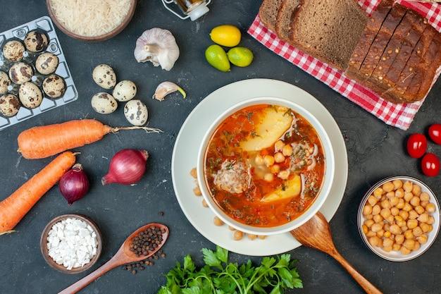 Vista superior deliciosa sopa de carne consiste em feijão de batata e carne em fundo escuro