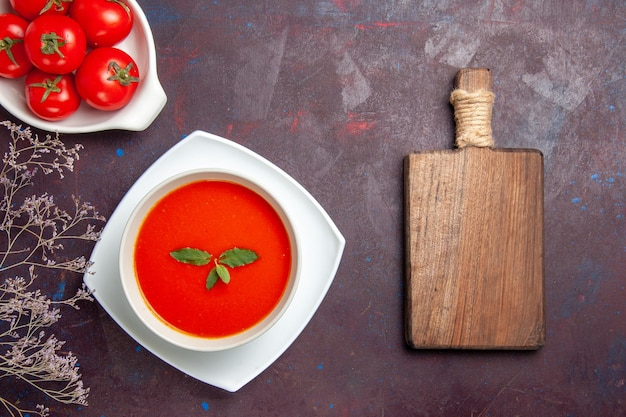 Vista superior deliciosa sopa de tomate com tomates frescos no fundo escuro prato molho cor tomate sopa refeição