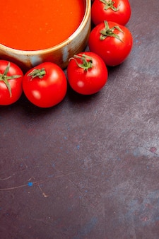 Vista superior deliciosa sopa de tomate com tomates vermelhos frescos em fundo escuro prato de tomate sopa refeição jantar