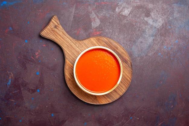 Vista superior deliciosa sopa de tomate cozida com tomates vermelhos frescos em fundo escuro prato de sopa de sopa de tomate molho