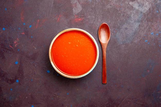 Vista superior deliciosa sopa de tomate cozido com tomates frescos no fundo escuro prato molho refeição sopa de tomate