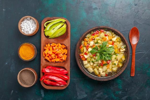 Vista superior deliciosa sopa de vegetais com diferentes ingredientes e temperos na mesa escura sopa vegetais molho comida comida quente refeição