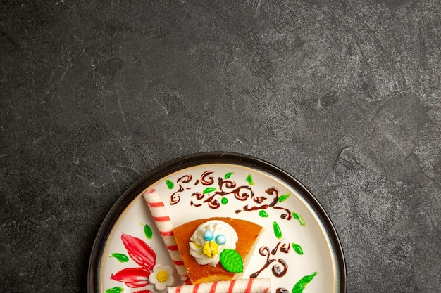 Vista superior deliciosa torta de creme fatias de bolo doce dentro de um prato projetado em mesa escura torta de bolo de cor doce de biscoito