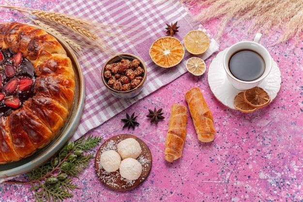 Vista superior deliciosa torta de morango com bolo de frutas com chá rosa claro