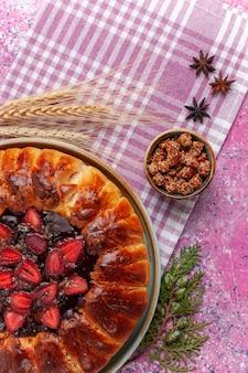 Vista superior deliciosa torta de morango com bolo de frutas rosa