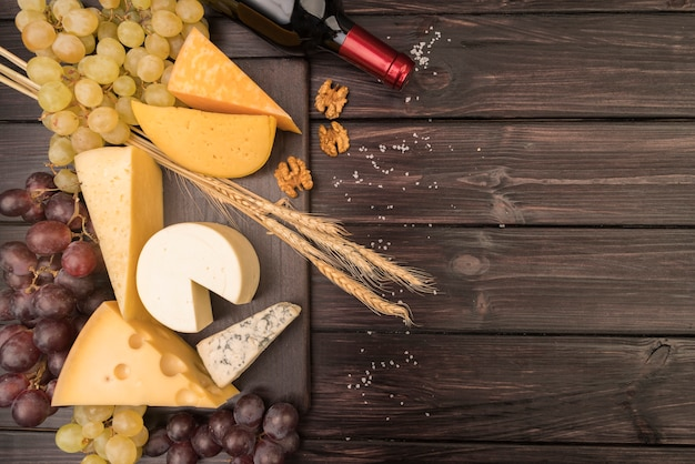Vista superior deliciosa variedade de queijo na mesa