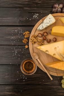 Vista superior deliciosa variedade de queijos em cima da mesa