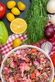 Vista superior deliciosa vinagrete com verduras e vegetais frescos em fundo escuro refeição salada dieta saudável comida almoço