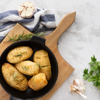 Vista superior deliciosas batatas com ervas