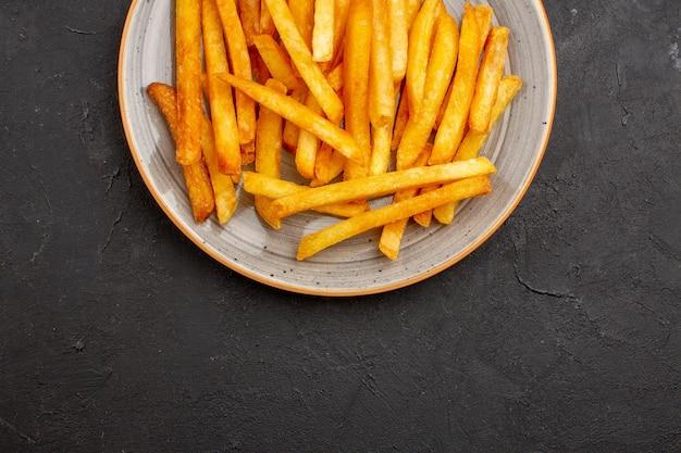 Vista superior deliciosas batatas fritas dentro do prato no fundo escuro hambúrguer de batatas com sanduíche