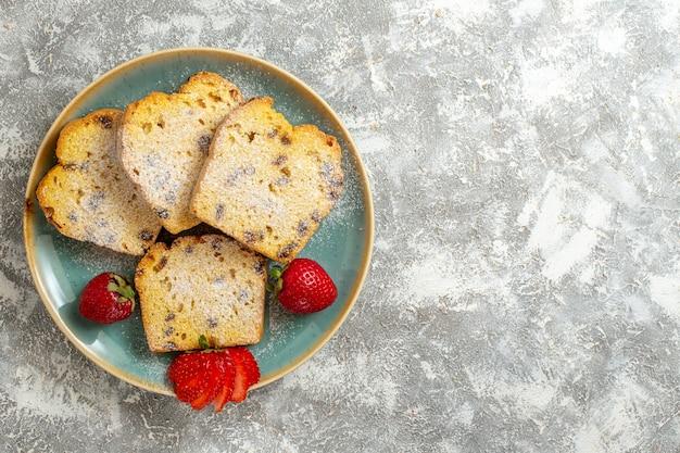 Vista superior deliciosas fatias de bolo com frutas em piso claro torta de bolo de frutas doce