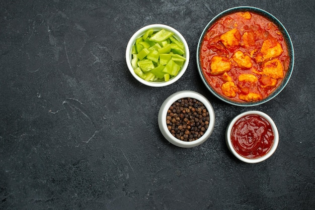 Vista superior deliciosas fatias de frango com molho de tomate em fundo escuro prato de molho frango tomate carne