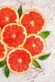 Vista superior deliciosas fatias de grapefruits na mesa de nude
