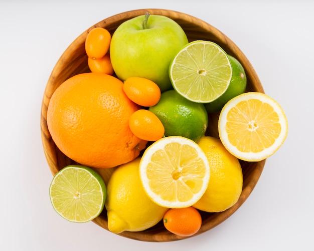 Vista superior deliciosas frutas na tigela