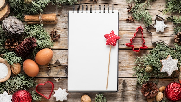 Vista superior deliciosas guloseimas de natal com bloco de notas vazio