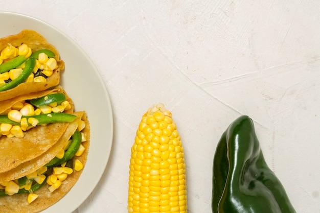 Vista superior deliciosas tacos com legumes