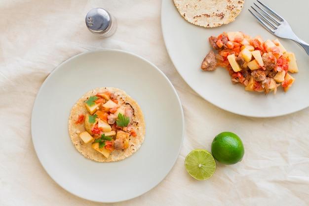 Vista superior deliciosas tacos no prato