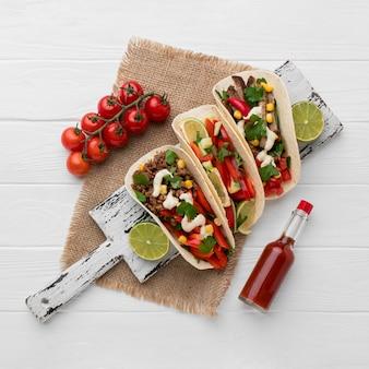 Vista superior deliciosas tortilhas com carne e legumes