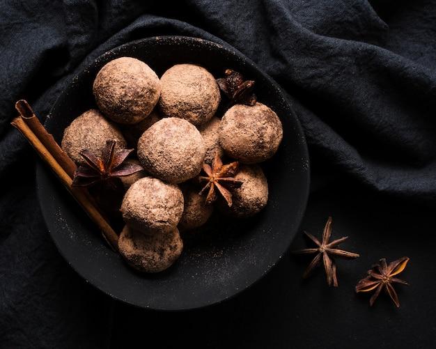 Vista superior deliciosas trufas de chocolate prontas para serem servidas