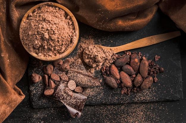 Vista superior delicioso arranjo de chocolate no pano escuro