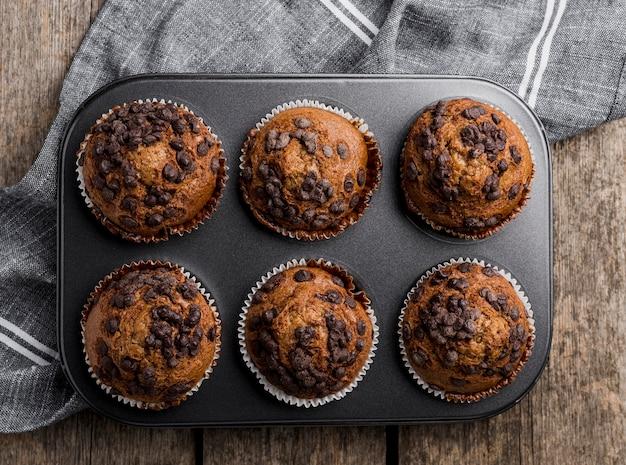 Vista superior delicioso arranjo de muffins na assadeira