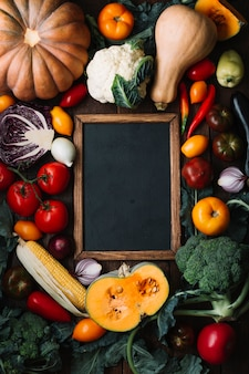 Vista superior delicioso arranjo de vegetais com lousa