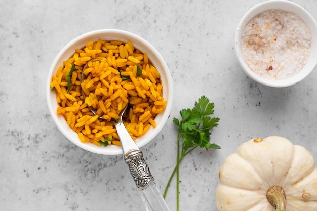 Vista superior delicioso arroz amarelo em tigela
