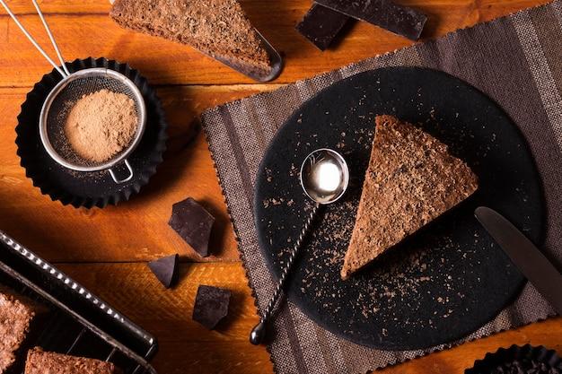 Vista superior delicioso bolo de chocolate num prato